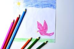 Un dibujo del ` s del niño de una paloma, de una hierba y de un cielo del rosa con los lápices coloreados Fotografía de archivo libre de regalías