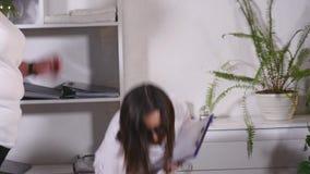 Un dietista pesa il cliente e registra gli indicatori in un taccuino video d archivio