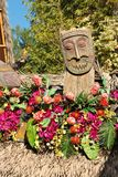 Un dieu de tiki en dehors de Tiki Room chez Disneyland, la Californie images stock