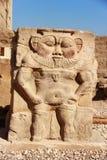 Un dieu en pierre au temple égyptien antique chez Karnak Photos libres de droits
