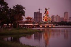 Un dieu géant de taoist sur le lac lotus photographie stock