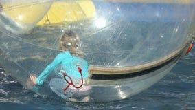Un dimenamento di due bambini dentro le palle gonfiabili archivi video