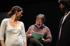 Un directeur instruit une actrice Chacun des deux de l'institut de théâtre de Barcelone Photo libre de droits