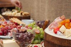 Un disco delicioso de la comida de la fruta, nueces, Chesse, inmersiones, carne de la tienda de delicatessen fotografía de archivo libre de regalías