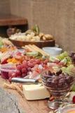 Un disco delicioso de la comida de la fruta, nueces, Chesse, inmersiones, carne de la tienda de delicatessen foto de archivo libre de regalías