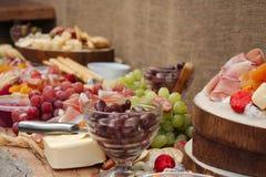 Un disco delicioso de la comida de la fruta, nueces, Chesse, inmersiones, carne de la tienda de delicatessen imagenes de archivo