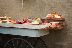 Un disco delicioso de la comida de la fruta, nueces, Chesse, inmersiones, carne de la tienda de delicatessen fotos de archivo libres de regalías