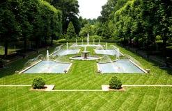 Un diseño italiano del jardín en un jardín botánico imagen de archivo libre de regalías