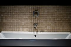 Un diseño moderno de un fregadero del cuarto de baño foto de archivo