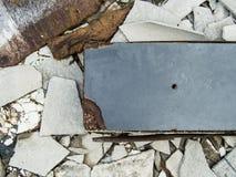 Un disordine abbandonato decomposto della costruzione del cemento con le mattonelle di tetto e il bla Immagine Stock