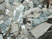 Un disordine abbandonato decomposto della costruzione del cemento con le mattonelle di tetto e il gla Fotografia Stock