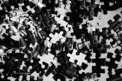 Un disordine di puzzle fotografia stock