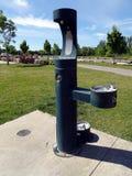 Un dispensador del agua dulce para el relleno de los animales, de la gente y de la botella de agua imagen de archivo