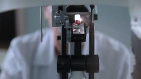 Un dispositif ophthalmologique médical pour la vérification de la vue Docteur méconnaissable travaillant avec l'essai patient d'o banque de vidéos
