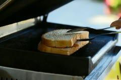 Un dispositivo per produrre un panino caldo su un buffet fotografie stock