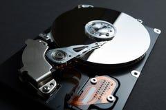 Un disque magnétique pour stocker des données sur le disque dur sur un fond noir photo stock