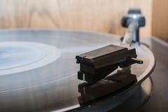 Un disque sur un rétro tourne-disque Photographie stock libre de droits