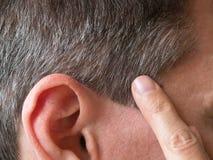 Un dito che indica i capelli grigi sulla sua testa fotografie stock libere da diritti