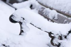Un divan dehors dans la neige peut faire un regard triste photos libres de droits