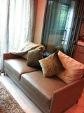 Un divan en cuir de faux dans un salon par une cuisine photos libres de droits