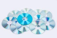 Uno azul y varios discos CD normales del DVD Foto de archivo libre de regalías