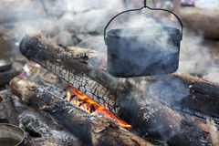 Un dixy en el fuego está en piedras en el bosque Foto de archivo libre de regalías