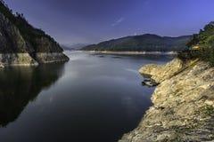 Un dock de bateau sur le lac Vidraru, Roumanie Photo stock