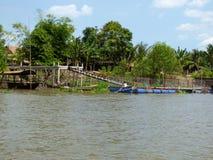 Un dock et un bateau se reposant en rivière Photo libre de droits