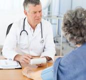 Un docteur aîné avec son patient Photos libres de droits