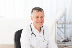 Un docteur aîné dans son bureau Images libres de droits