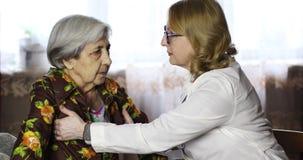 Un docteur de dame âgée examine une grand-mère douce banque de vidéos