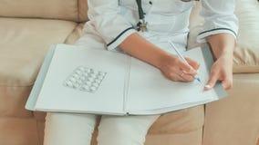 Un docteur de jeune femme écrit des médicaments de prescription et le conseil de traitement photo stock