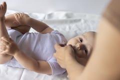Un docteur donne le vaccin nouveau-né de rotavirus de bébé Immunisation d'enfant avec peu de baisse dans la clinique Le bébé garç photo libre de droits