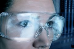 Un docteur en verres protecteurs regarde une image d'un poumon photographie stock libre de droits
