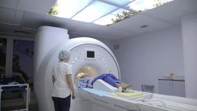 Un docteur entreprend une étude patiente utilisant un dispositif de rayon X Progrès dans la médecine clips vidéos