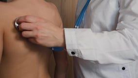 Un docteur féminin écoute le souffle d'un enfant à l'aide d'un stéthoscope Examen médical de l'enfant Concept de santé clips vidéos