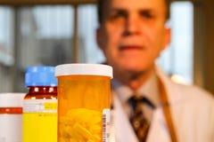 Un docteur flou vu derrière des médicaments de prescription photo libre de droits