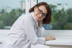 Un docteur médical de sourire de femme à l'hôpital photographie stock libre de droits