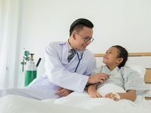 Un docteur masculin heureux utilise un stéthoscope pour vérifier le ` patient s BO photographie stock libre de droits
