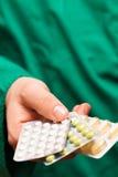 Docteur remettant des pilules Image libre de droits