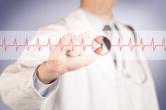 Un docteur tenant une pilule de coeur Image libre de droits