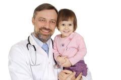 Un doctor caucásico con una muchacha Fotos de archivo