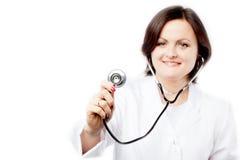 Un doctor de la mujer joven con el estetoscopio Imagen de archivo