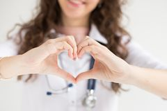 Un doctor con su estetoscopio muestra el corazón de manos cosecha panorámica de la bandera de la clínica para el espacio de la co foto de archivo libre de regalías