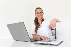 Un doctor With de mujer joven un ordenador portátil en su oficina Fotos de archivo