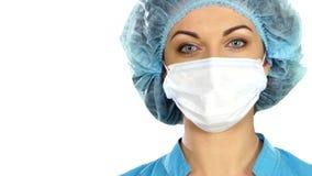 Un doctor de sexo femenino With A Stethoscope Listening metrajes