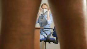 A un doctor del doctor de la mujer del urólogo examina a un hombre revisa almacen de video