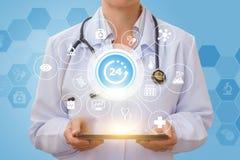 Un doctor está 24 horas al día Imágenes de archivo libres de regalías