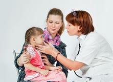 Un doctor examina a un niño Fotografía de archivo