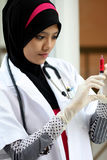 Un doctor musulmán bonito de la mujer Imágenes de archivo libres de regalías